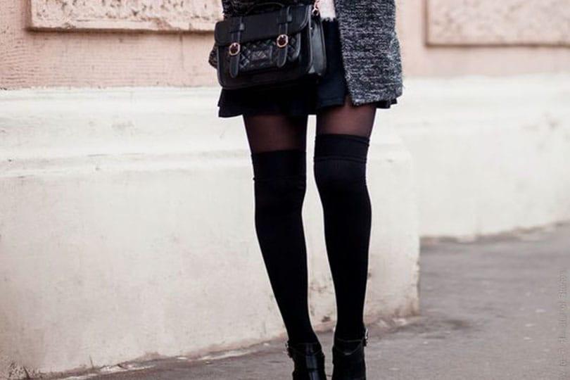 Ragazza indossa calze parigine nere con outfit abbinato
