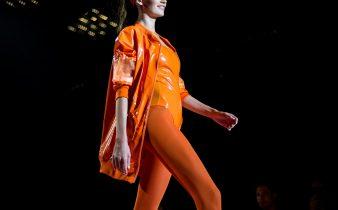 Modella sfila per calzedonia leg show in abiti e calze arancioni