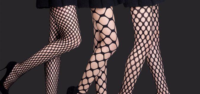 Tre donne con esempi calze a rete eleganti