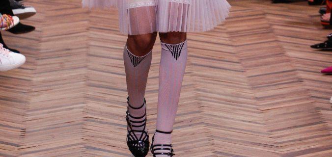 Modella sfila per Prada con calze gambaletto invernali bianche