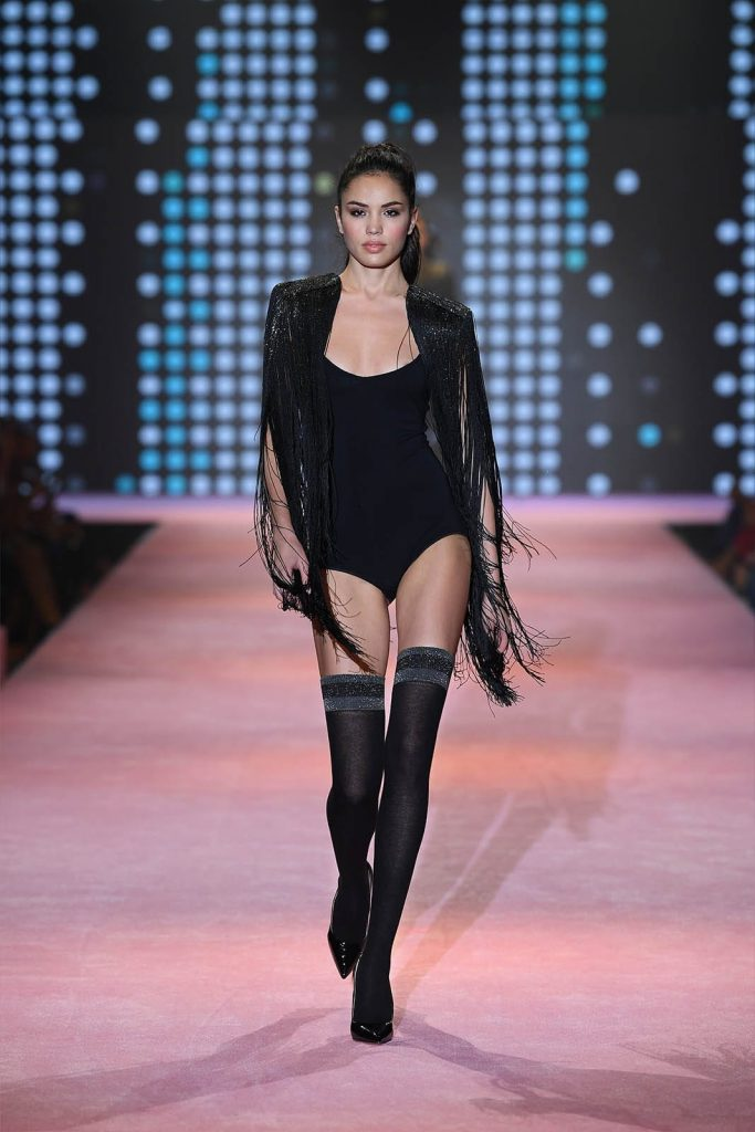 Modella in autoreggenti neri sfila per calzedonia leg show 2017