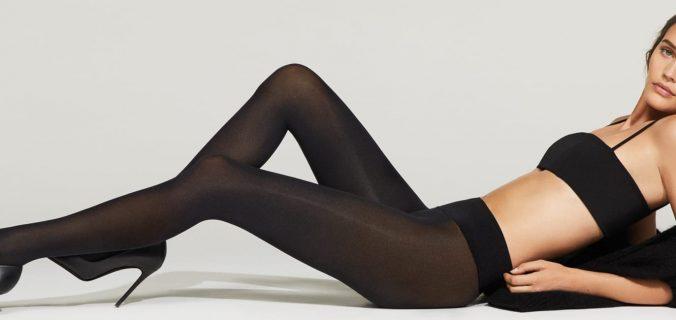ragazza con calze modellanti nere sdraiata sul fianco