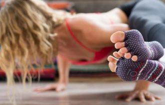 dettaglio calzino indossato da ragazza mentre fa yoga