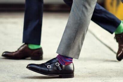 Uomo indossa calzature con calzino colorato
